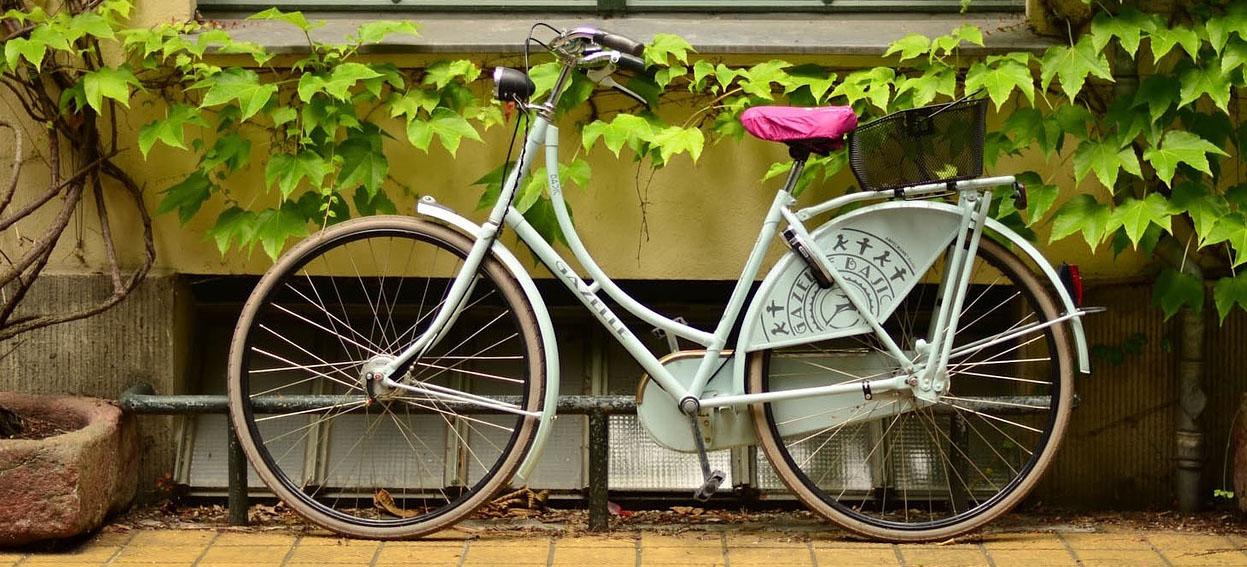 Basia jeździ na rowerze