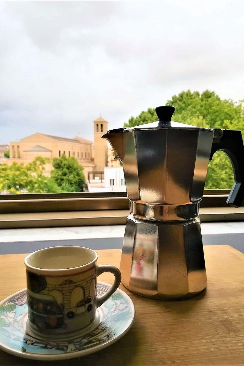 Kawa na balkonie z widokiem na Rzym