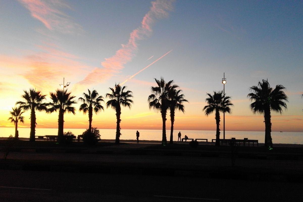 Noclegi u Polaków w Gruzji - plaża w Batumi o zachodzie słońca