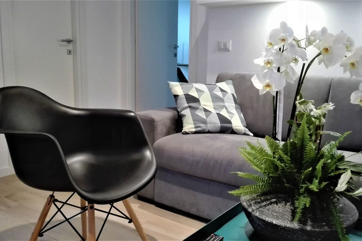 Vatican Apartment Meloria - kanapa i krzesło