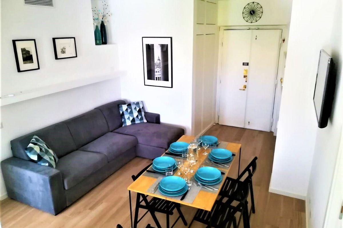 Vatican Apartment Meloria - salon i stół