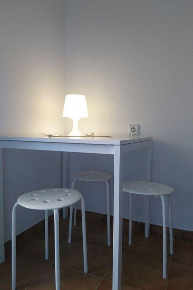 Polskie noclegi w Barcelonie - stolik z lampką