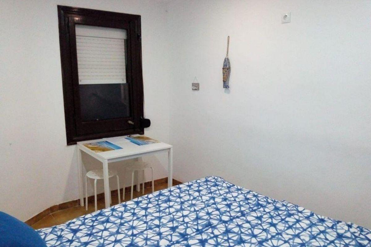 Polskie noclegi w Barcelonie - stół w sypialni