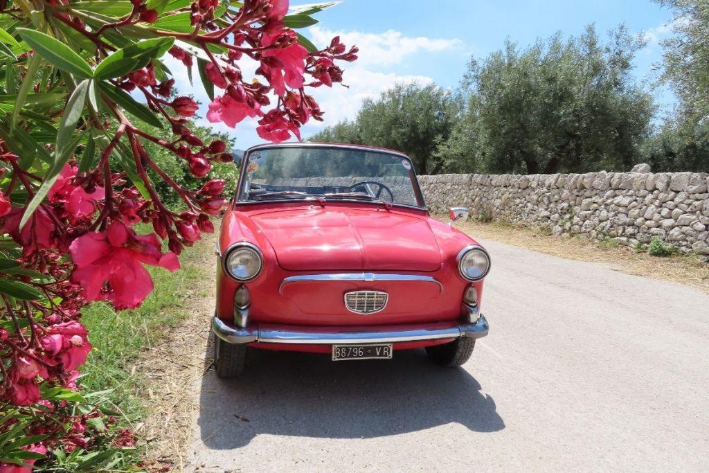 Czerwony fiacik na sycylijskich drogach