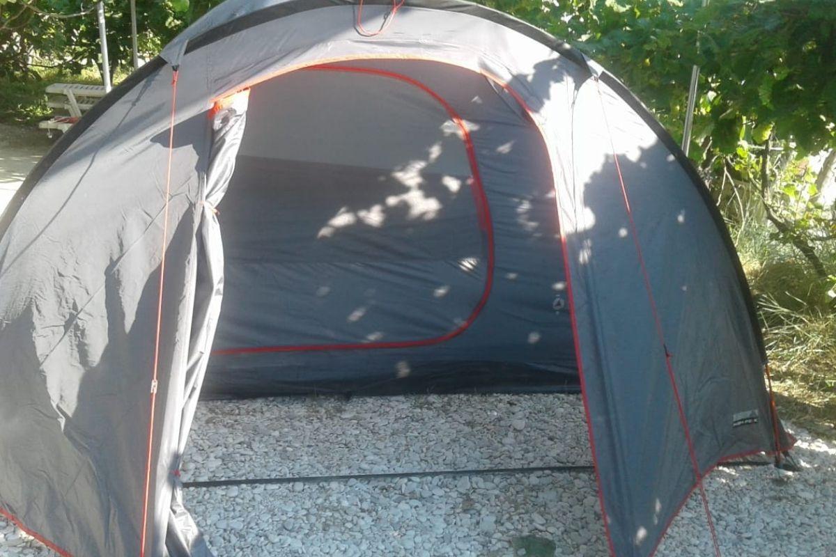 Noclegi u Polaków w Albanii - pole namiotowe przy plaży